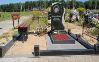 Фото памятника с открытым цветником и ограды из гранита, на могиле установлена лавочка